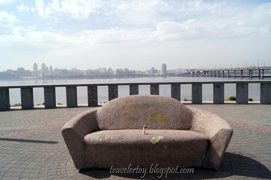 диван на набережной Днепра